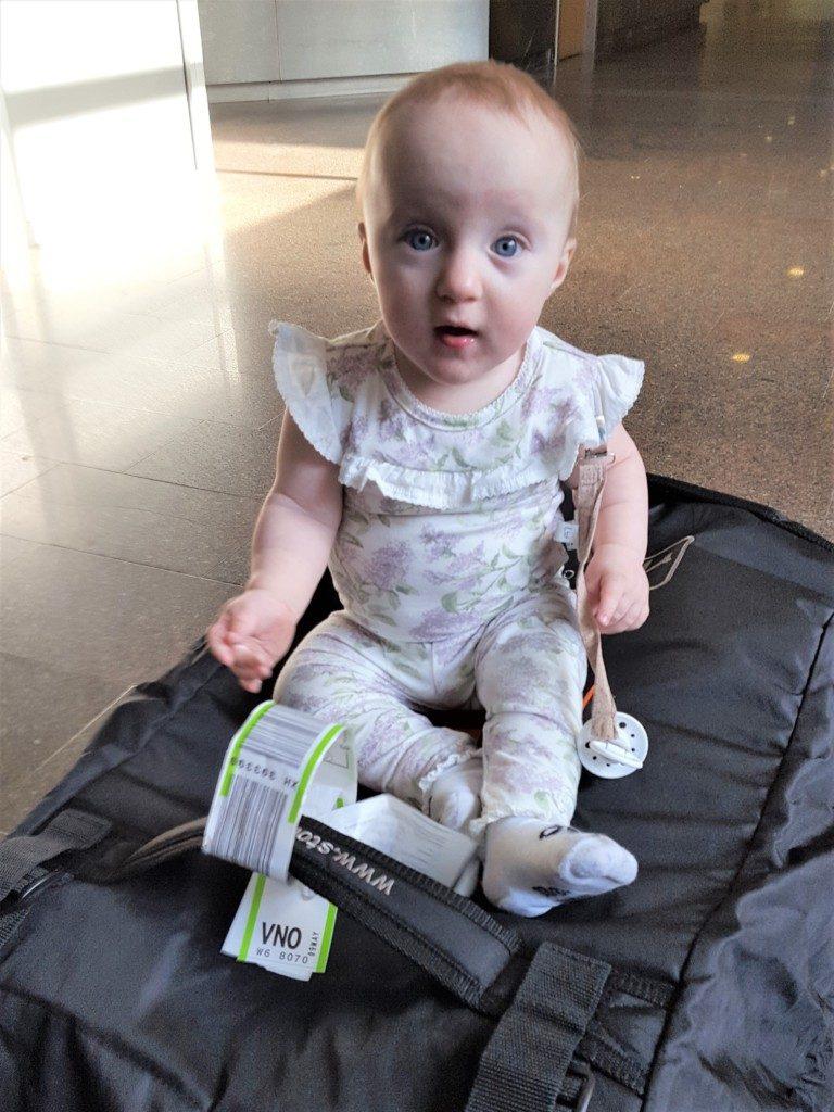 Sådan overlever du flyveturen med en kravle baby